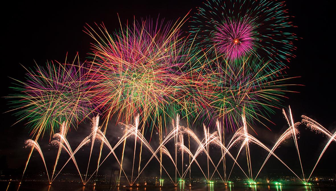 夏の風物詩<br>諏訪湖に咲く大輪の華 諏訪の夜空を彩る、夏の風物詩。<br>楽しみ方さまざまな夏の花火をチェック